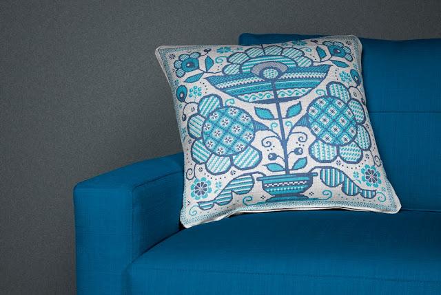 вышитая крестиком подушка в украинском стиле