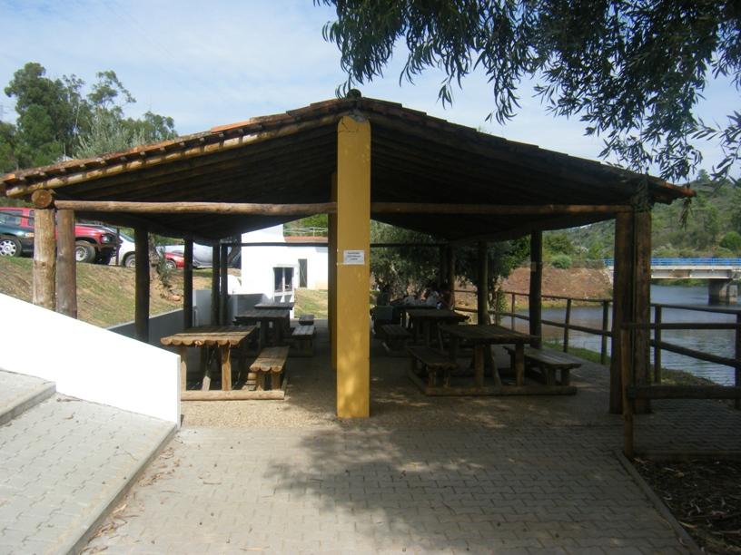 parque de merendas junto á praia fluvial da Ortiga