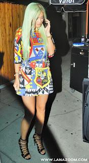 كايلي جينر في مطعم في لوس أنجلوس بفستان قصير يظهر أرجلها الملساء