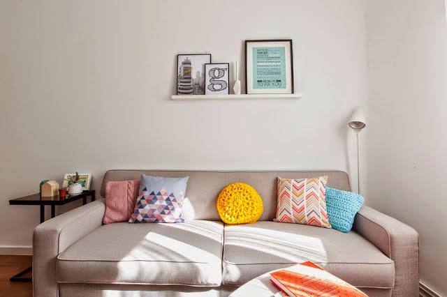 decoración de interiores salón sofá láminas hermanas bolena