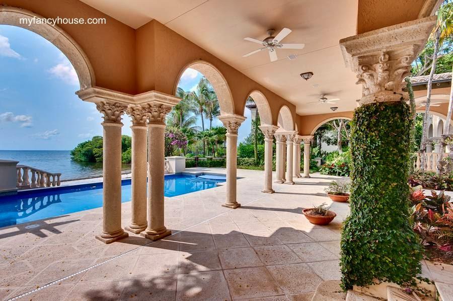 Galería y piscina exterior en residencia de lujo de Tahiti Beach