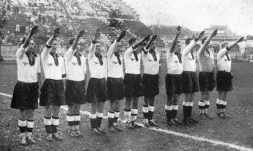 Jogadores alemães fazendo saudação nazista