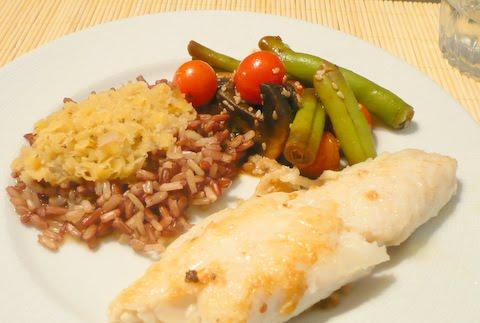 Filé de linguado com arroz integral, lentilha vermelha e legumes