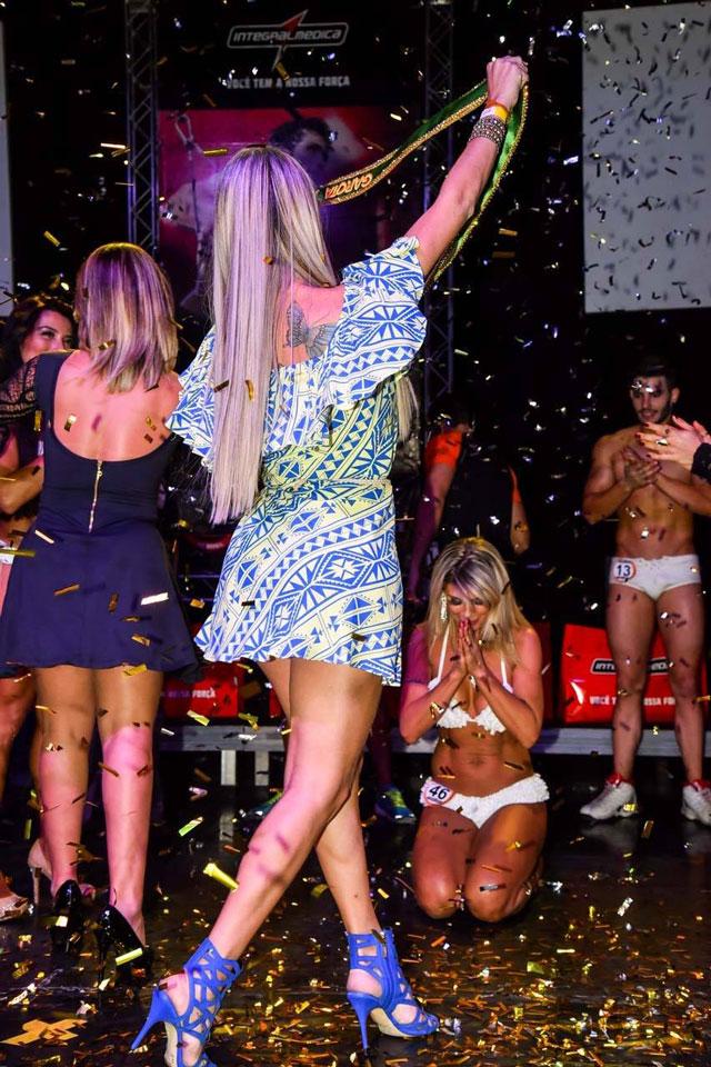 Emocionada, Tereza Pereira se ajoelha no palco. Foto: Caio Duran/Thomaz Assessoria