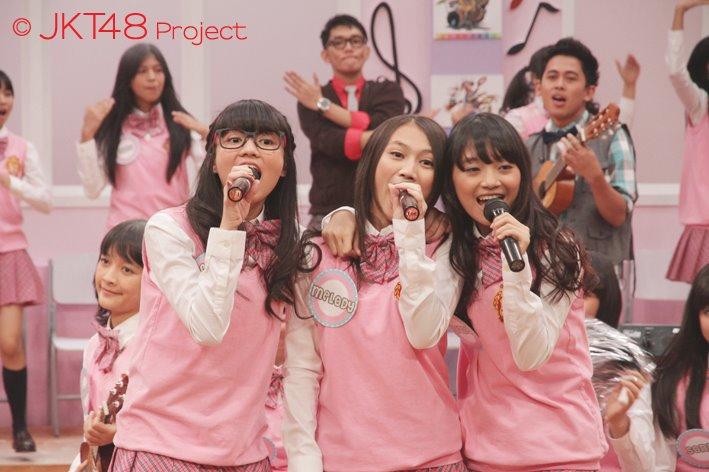 Melody , Stella dan Sendy JKT48 bernyanyi pada JKT48 School episode 5