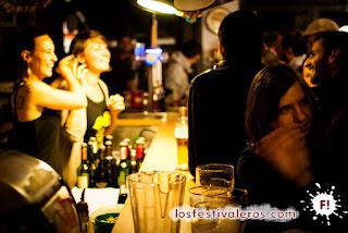 8. En cada bar se forma un microcosmos en el que se producen un montón de emociones simultaneas. En la foto, el microcosmos del jueves en el Petit Vasco, durante el festival Cultures Bar-Bars.