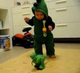 Bebé aterrorizado con godzilla de juguete