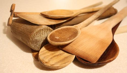 Menghilangkan Bau Makanan Pada Sendok Kayu