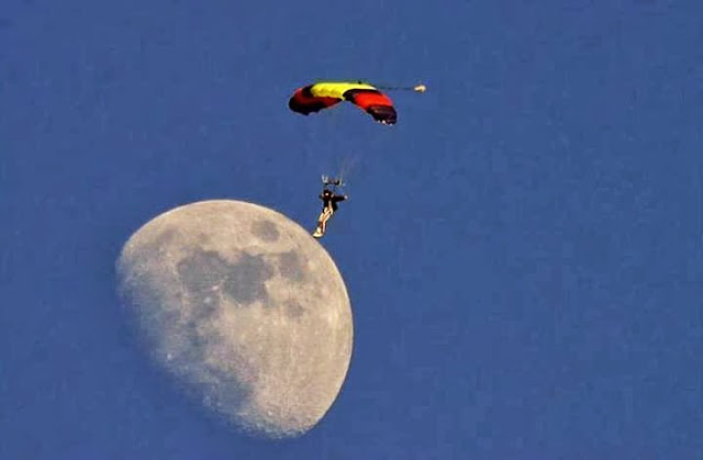 Great Shot of Parachute jumping, Parachute Jumping amazing Pics,Amazing Moon Pics,Biggest Moon Pics,jumping from sky caught on cam