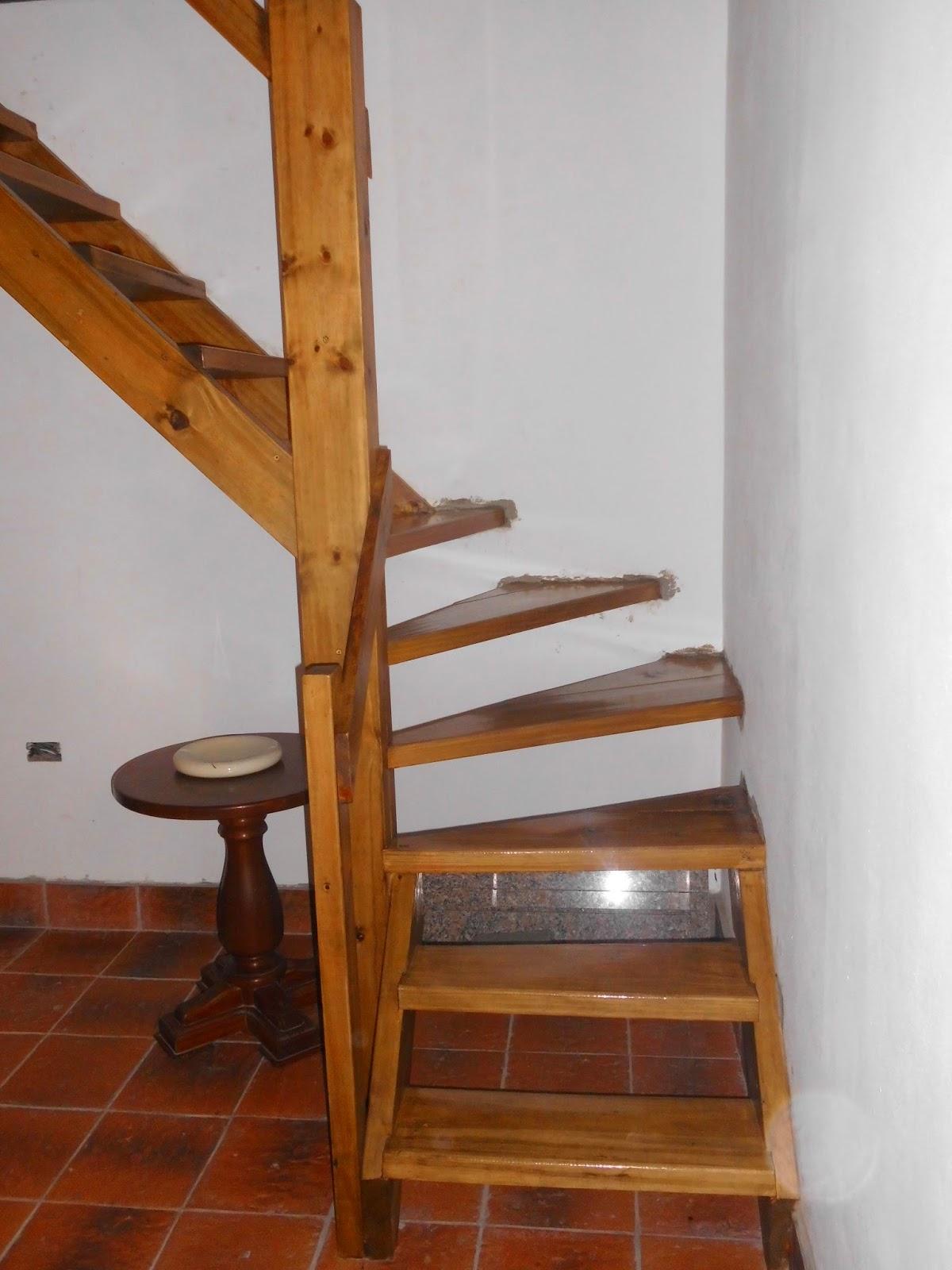 escalera en madera tintada con nogal claro