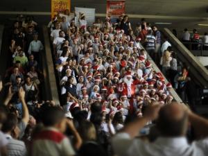 Crianças cantam músicas natalinas na Rodoviária de Brasília