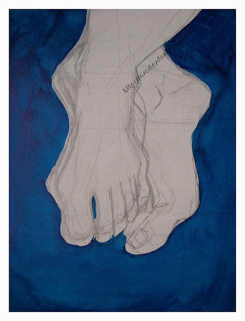 Imagem de uma tela retangular.  Mostra de frente num fundo azul escuro o desenho manual de um par de pés cruzados, pé esquerdo por cima do pé direito. Desenho com lápis grafite mostra parte da canela na extremidade superior e centralizada da tela. Seguindo, são vistas várias linhas sobre a tela branca, repetidas e aproximadas formando o par de pés.  Pé esquerdo de frente com dedos estirados para baixo. Pé direito mostrando lateral interna e dedos levemente dobrados. Fundo azul escuro pintado.