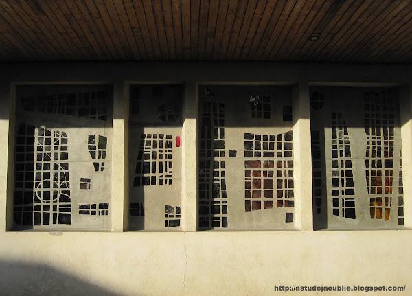 L'Haÿ-les-Roses - Eglise St-Léonard.  Vitraux: maître-verrier Job Guevel.   Création: 1972