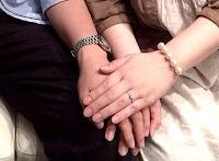 出来上がった婚約指輪(エンゲージリング)を受け取る。