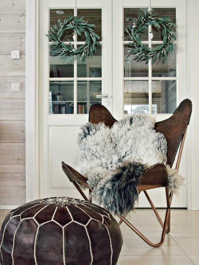 nahkainen lepakkotuoli, lampaantalja, pariovet, hirsitalo, log home, log cabin,