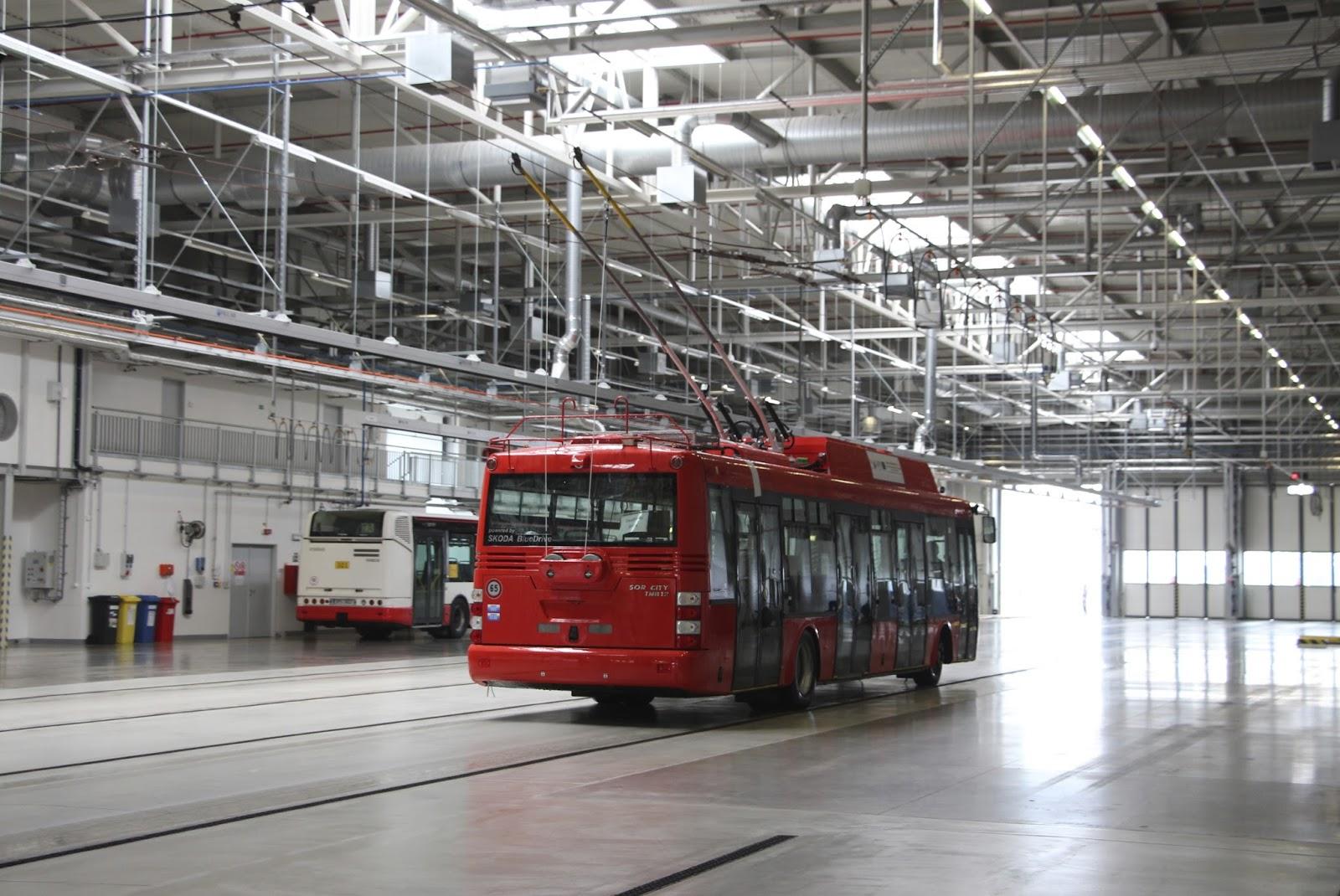 Ein Moderner Oberleitungsbus Verlässt Die Werkhalle Des Neuen Pilsner  Busdepots.