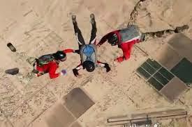 Chiste de militares, tropa, paracaidistas, avión, comandante, paracaídas, sargento, sordo.