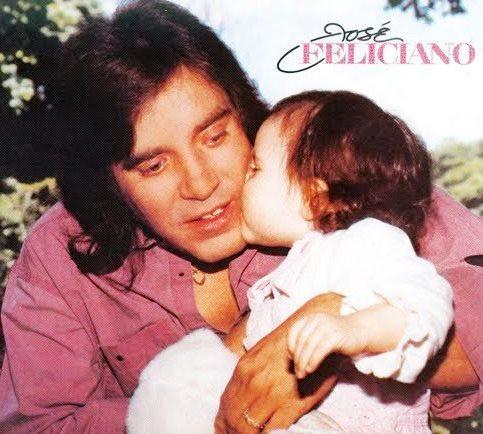 José Feliciano recibiendo el beso de una niña