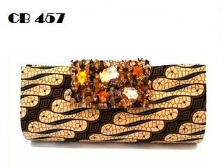 Tampil cantik dan unik dengan tas pesta etnik berbahan kain batik parang  sogan. Pada bagian tutup tas penuh batuan senada. 0b6e753df3