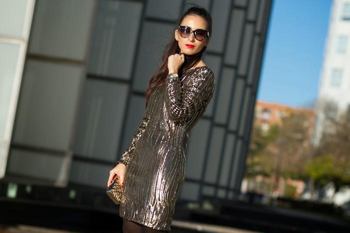 Bloguera valenciana con Vestido dorado de fiesta y Labios Rojos