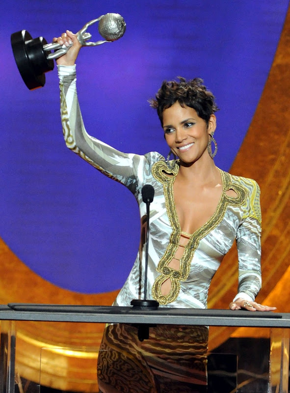 Halle-Berry-42nd-NAACP-Image-Awards-lifting-her-award