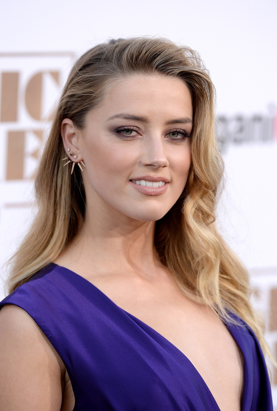 Amber Heard shows off ...