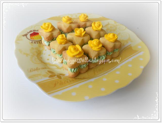 Pasticcini fioriti, decorati con ghiaccia reale