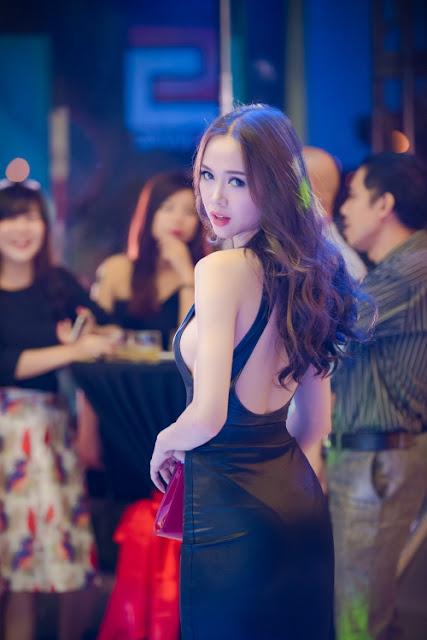Áo khoét lưng giúp người đẹp gây ấn tượng bằng vẻ quyến rũ.