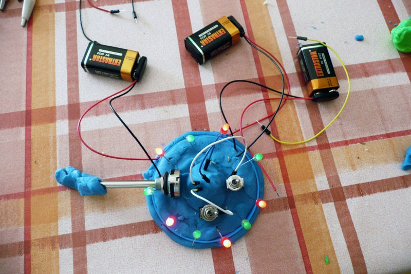 SuLuLab: Laboratorio di circuiti morbidi per bambini
