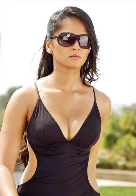 Anushka Shetty Hot Cleavage