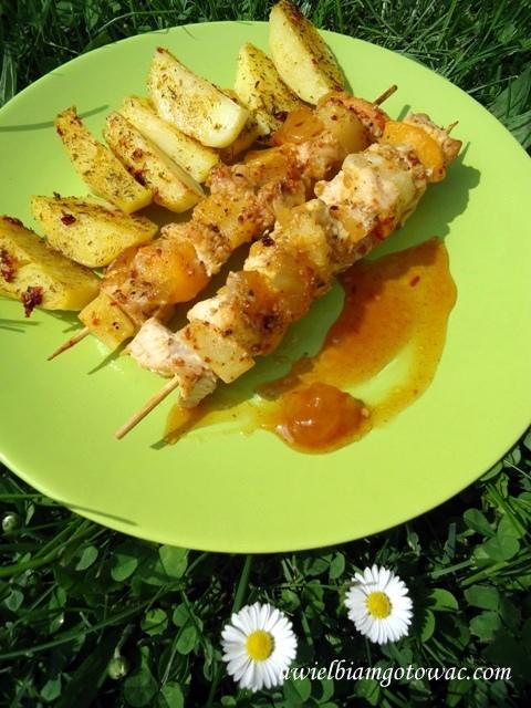 Szaszłyki z kurczakiem, ananasem i brzoskwinią