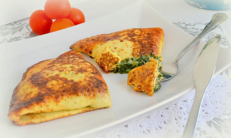 Crepes rellenos de espinacas con jamón serrano y queso.