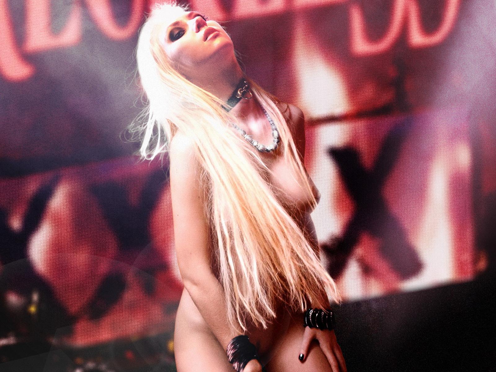 http://1.bp.blogspot.com/-wgsTTL5Dbco/TtHR8qG7jXI/AAAAAAAAC9o/YYshetZJv1o/s1600/Taylor+Momsen+naked+on+stage+grabbing+herself.jpg