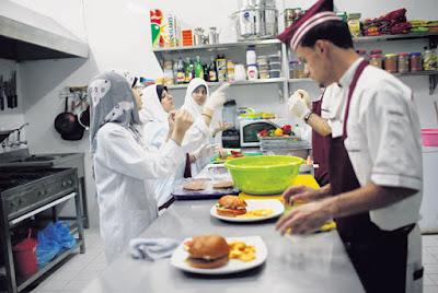 pekerja restoran bisu