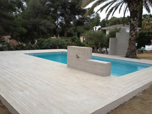 Rosa gres una piscina con look madera for Gres de breda para piscinas