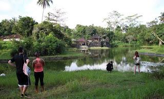 Take Picture at beautiful small lake around Pura Taman