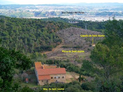 Vista des de la pujada al Castell de Sant Jaume del mas, la plana i la capella homònims