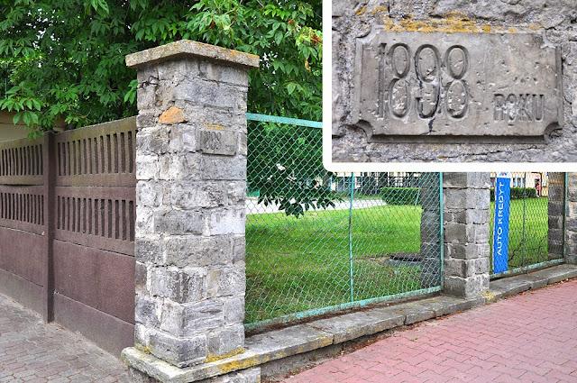 Do gruntownych porządków w parku przystąpiono w 1897 roku po przyjeździe hr. Anny drugiej żony Juliusza Tarnowskiego. Cały park ogrodzono - dzisiejszy fragment ogrodzenia parkowego, uwidoczniony kamień z wyrytą datą: 1898 ROKU. Foto. KW.