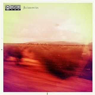 paisaje hecho en movimiento de descampado con montañas al fondo en tonos naranja