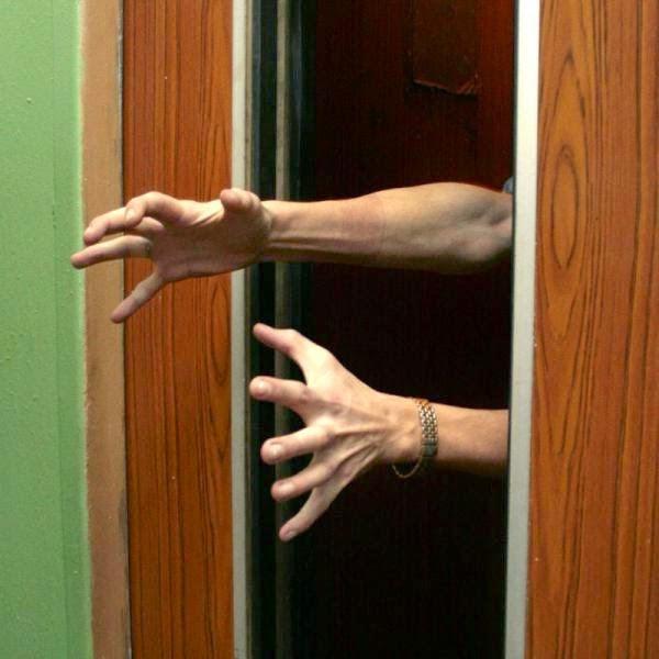 Անծանոթ մարդիկ վերելակներում   The world's eyes