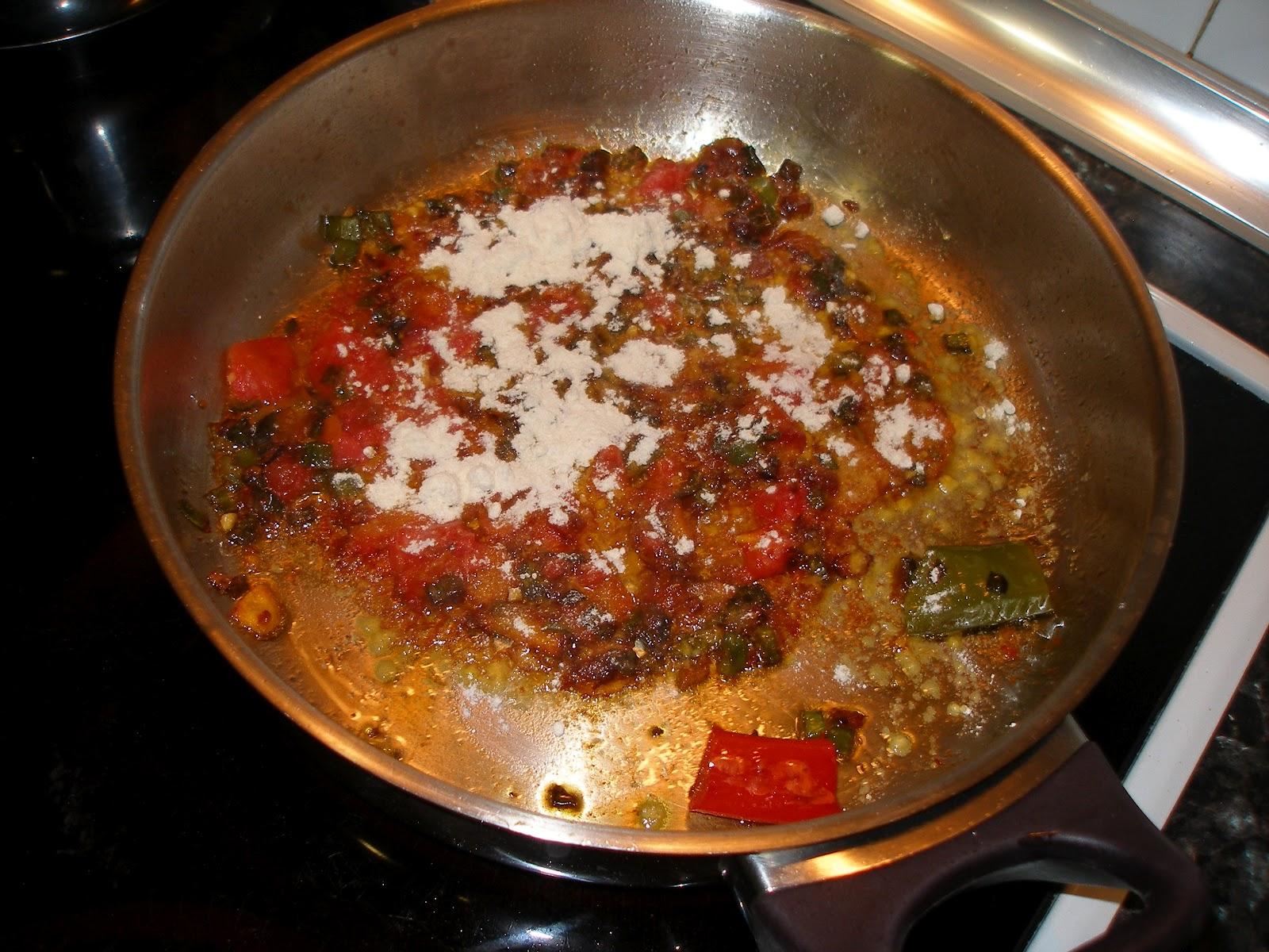 La cocina de mondie merluza con patatas en salsa picante - Cocinar lomos de merluza ...