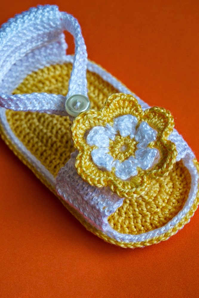 Sandalia amarilla con flor de ganchillo para bebé