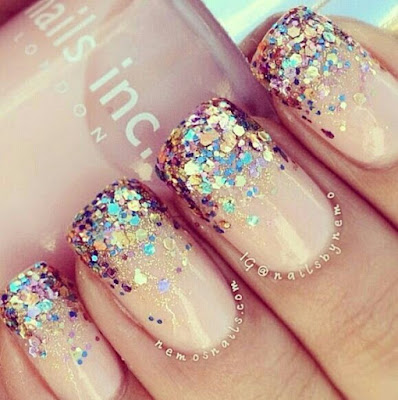 Unhas gradientes decoradas com glitter