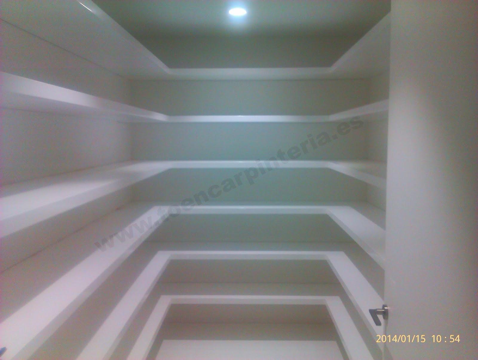 Espectacular vestidor lacado con baldas flotantes