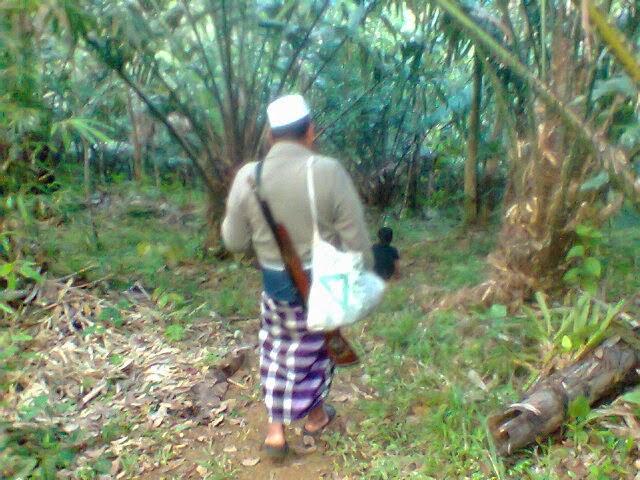 domiciliary visiting abu hasan while walks into the garden bark at siapporik Lombang padang Sidimpuan