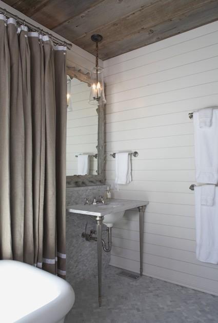 Baño con paredes de madera blanca