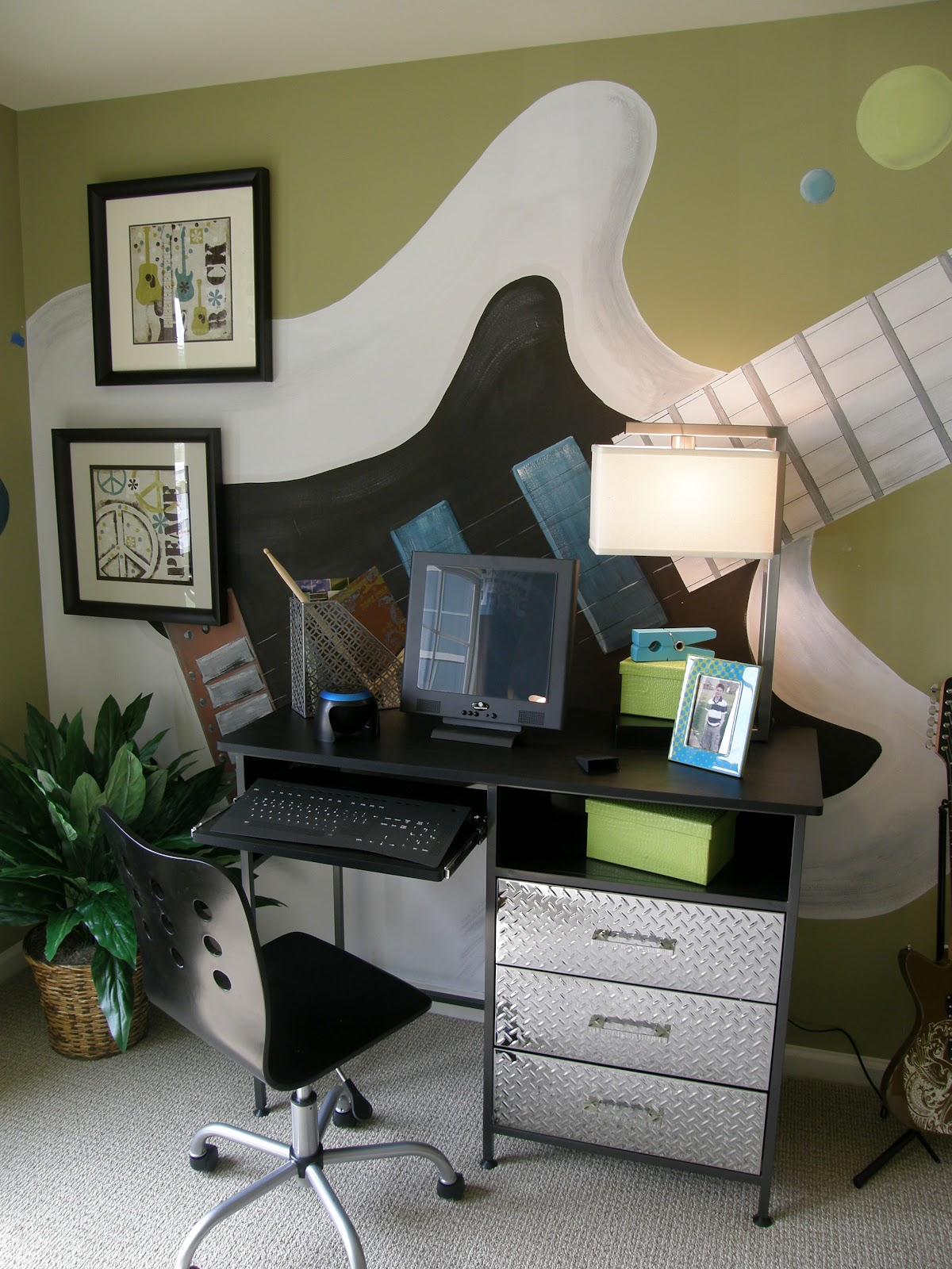 Jam session teen bedroom design dazzle for Boys bedroom wall ideas