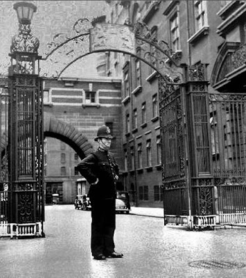 Cannon Row Police Constable at Victoria Embankment entrance (circa 1940) (from FlickRiver)