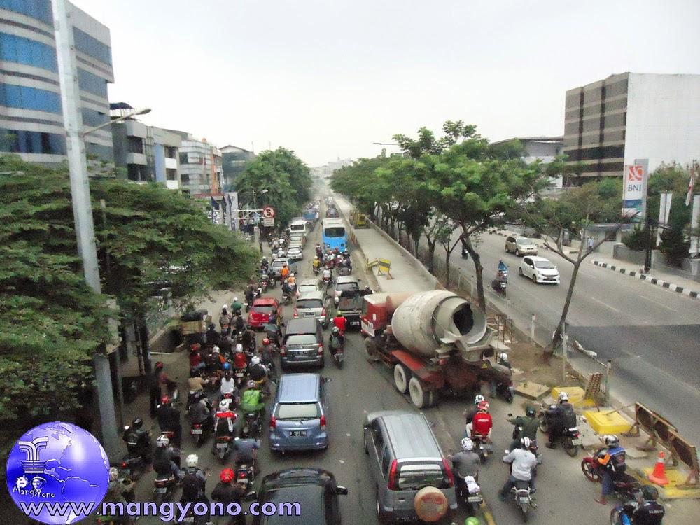 Proyek Peninggian Jalan Daan Mogot – Indosiar. Arus lalulintas terlihat padat merayap, arah Grogol dari arah Kalideres