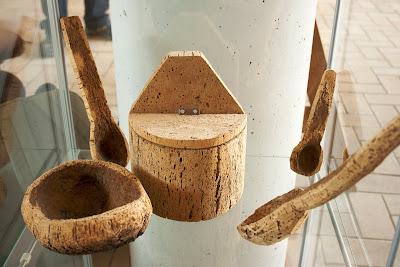 Expositor de utensilios hechos de corcho